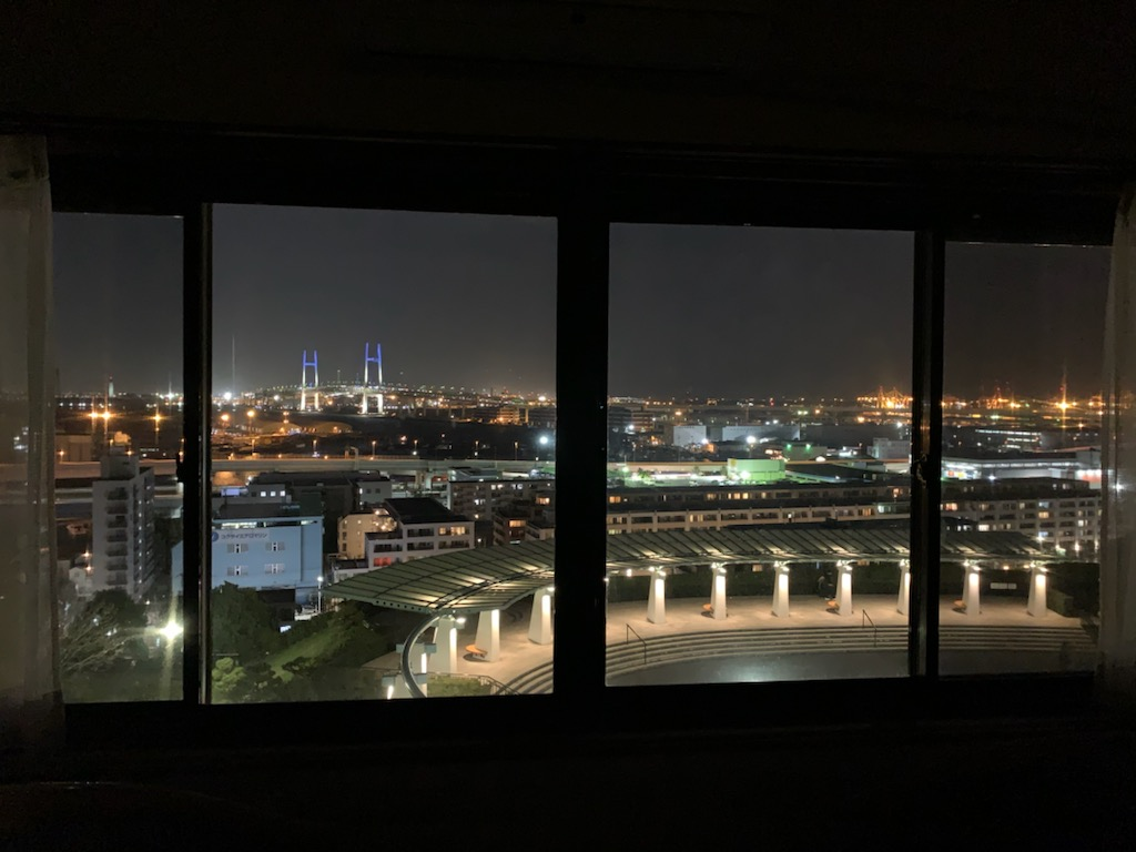 夜:海側のお部屋から展望台とベイブリッジ