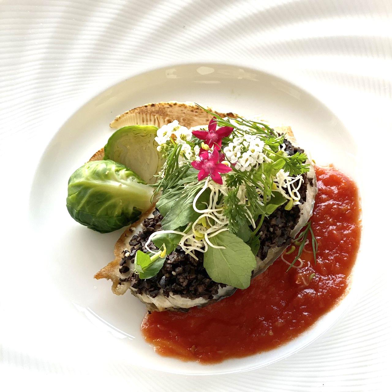 鰆のタプナード焼き 花とハーブのサラダ添え